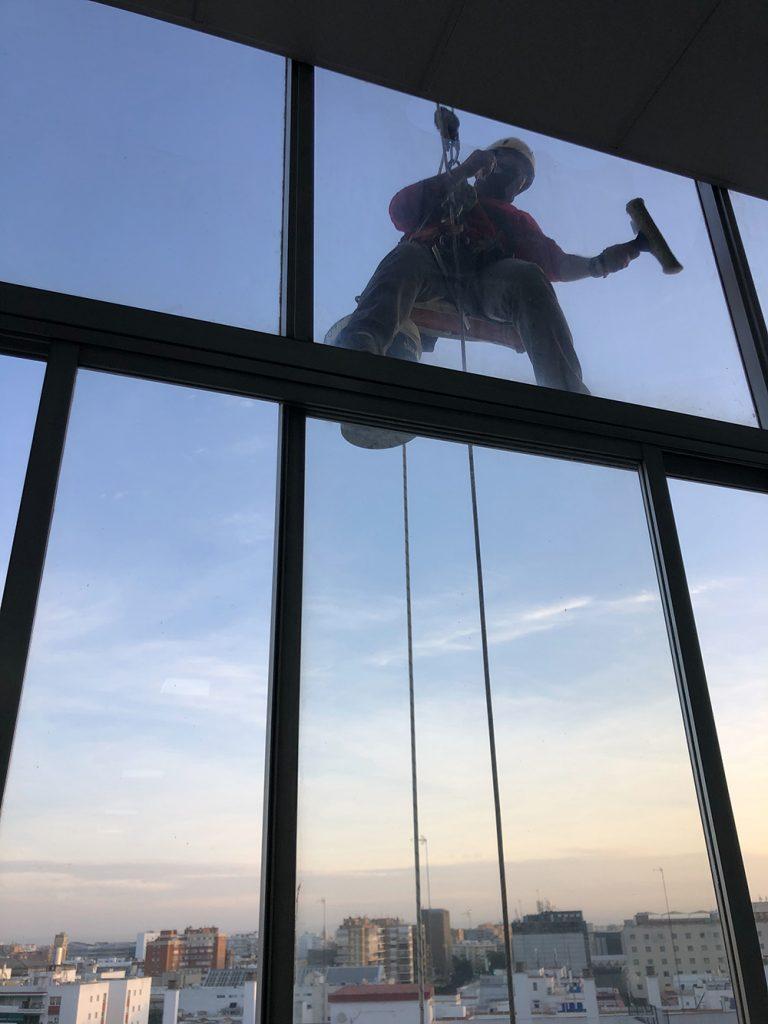 trabajo vertical limpieza cristales edificio sevilla 2